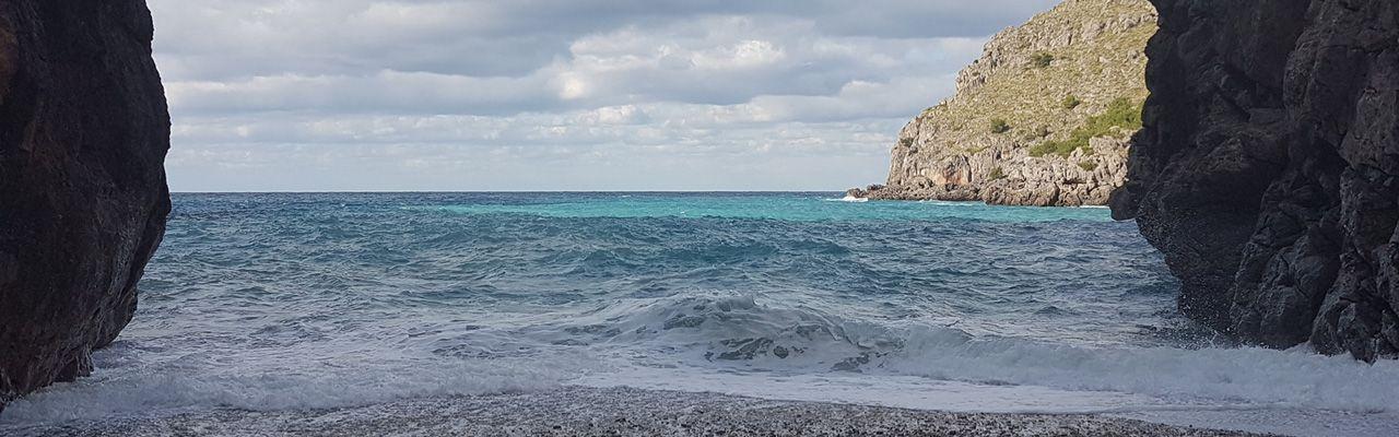 Strandblick auf das aufgewühlte Meer bei einem Tagesausflug mit einer Motorradreisegruppe von M-Motorradreisen